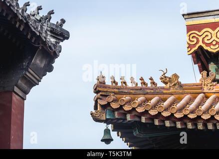 Dettagli del tetto in Yonghe Tempio chiamato anche il Tempio Lama della scuola Gelug del buddhismo tibetano nel distretto di Dongcheng a Pechino, Cina Foto Stock