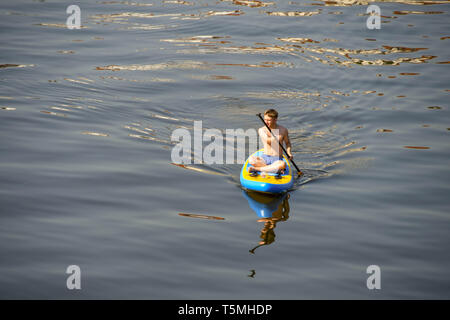 Praga, Repubblica ceca - Agosto 2018: persone paddle imbarco sul fiume Moldava a Praga. Il fiume scorre attraverso il centro della citta'. Foto Stock