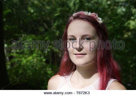 Giovane donna in una foresta Foto Stock