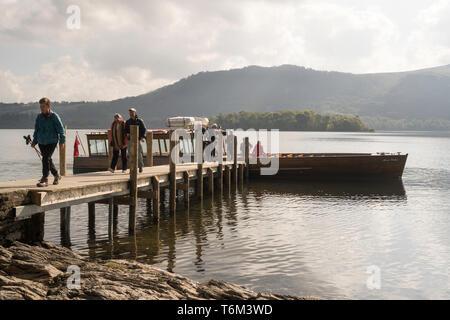 I passeggeri scendono da Keswick lancio barca società Annie Mellor al fine Hawse jetty, Derwentwater, Cumbria, England, Regno Unito Foto Stock