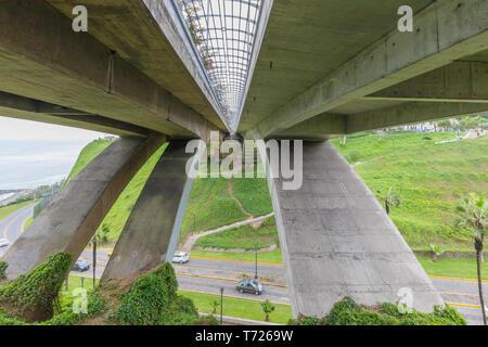 Visto da sotto Mellizo Villena Rey ponte Lima Peru Foto Stock