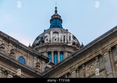 Barcellona, in Catalogna, Spagna - 16 Novembre 2018: Worm prospettiva dell'tholobate e la cupola del Museo Nazionale d'Arte della Catalogna sul backgrou Foto Stock