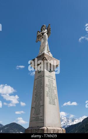 Monumento ai caduti della Prima Guerra Mondiale e la II Guerra Mondiale, Falcade, Veneto, Italia Foto Stock