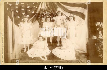 Le giovani ragazze su un palco con corone e le ali, Ginevra, NY, ca. 1910. Ptgr: Fred Robinson, 25 e 27 Seneca San, Ginevra, New York. CC AP Foto Stock