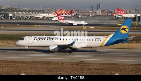 ISTANBUL, Turchia - 08 dicembre, 2018: Ukraine International Airlines Embraer 190STD (CN 494) decolla dall'aeroporto Istanbul Ataturk. UIA ha 42 flotta Foto Stock
