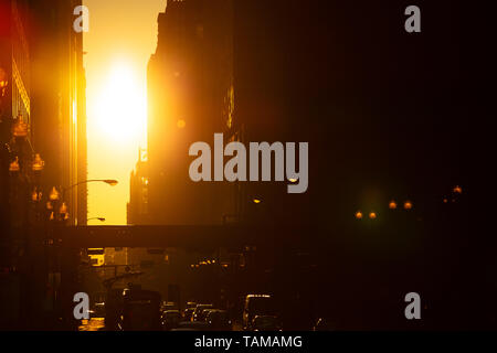 Arancione tramonto tra gli edifici nel centro di Chicago Foto Stock