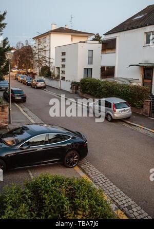 Parigi, Francia - Apr 19, 2019: vista dal di sopra del francese street con Tesla e altre macchine parcheggiate al crepuscolo Foto Stock