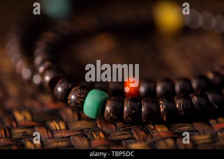Guscio di noce di cocco Handstring guscio di noce di cocco Handstring collane con accessori Turchese Rosso meridionale cera d'api Foto Stock