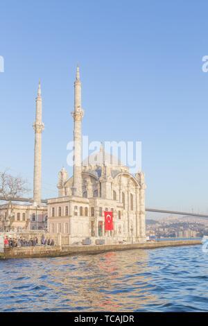Vista esterna della Moschea Ortakoy con15 luglio martiri Bridge o ufficiosamente Ponte sul Bosforo chiamato anche primo ponte sul Bosforo in Foto Stock