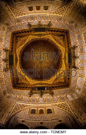Ornato soffitto, l'Alcázar di Siviglia (Real Alcazar) è un palazzo reale di Siviglia, Spagna, costruita per il re Cristiano Pietro di Castiglia. Foto Stock
