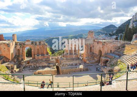 Taormina, Sicilia, Italia - 8 APR 2019: bellissimo Teatro Antico di Taormina. Antico Teatro Greco e le rovine di un significativo punto di riferimento. La magnifica vista del vulcano Etna dall'auditorium. Foto Stock