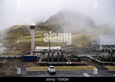 Reykjavik, Islanda. Xiii Giugno, 2019. Numerosi condotti sul sito dell'Hellisheidi centrale geotermica a sud di Reykjavik. Acqua calda e vapore sono estratte da 50 fori di trivellazione, che può essere fino a 2200 metri di profondità. La centrale di potenza genera elettricità e acqua calda, che viene pompato a Reykjavik. Credito: Bernd von Jutrczenka/dpa/Alamy Live News Foto Stock