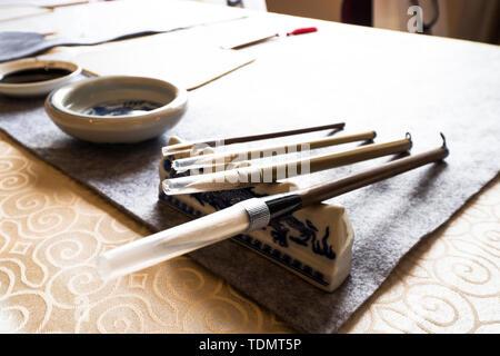La calligrafia cinese strumenti sul tavolo Foto Stock