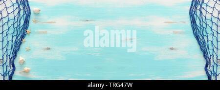 Vista superiore della Tutina in rete sul pastello blu sullo sfondo di legno. top view, piatto laici banner. Foto Stock