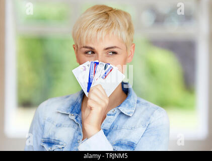Donna che mantiene le carte di credito Foto Stock