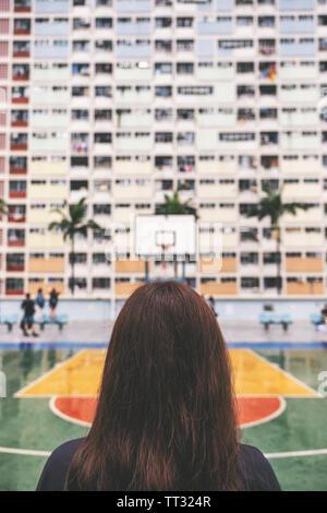 Immagine della vista posteriore di una donna con lo stile vintage colori pastello edificio in Hong Kong Foto Stock