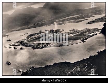 Pearl Harbor Vintage WW2 attacco del porto, 7 dicembre 1941 Immagine da un piano giapponese durante il siluro attacco contro le navi ormeggiate su entrambi i lati di Ford Island. Guarda in su a est, con il deposito di approvvigionamento, la base sottomarina e serbatoio carburante in fattoria la giusta distanza dal centro. Un siluro ha appena colpito USS West Virginia sul lato lontano della Ford Island (centro). Altre corazzate ormeggiata nelle vicinanze sono (da sinistra): Nevada, Arizona, Tennessee (all' interno del West Virginia), Oklahoma (silurato e listing) al fianco di Maryland e California. Foto Stock