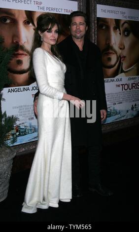 Brad Pitt Angelina Jolie arriva per 'il turista' Premiere al Teatro Ziegfeld a New York il 6 dicembre 2010. UPI /Laura Cavanaugh Foto Stock