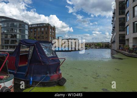 Vista della città bacino su strada dal Regents Canal alzaia, London, Regno Unito Foto Stock