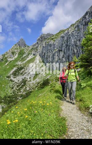 Due donne di escursioni presso Gabelschrofensattel, Gabelschrofensattel, Alpi Ammergau, Est Allgaeu, Allgaeu, Svevia, Baviera, Germania Foto Stock