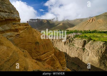 Giovane donna, escursionista trekker in paesaggio surreale tipico per la Mustang in alto deserto intorno alla Kali Gandaki valley, la più profonda valle nel Foto Stock