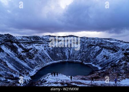 Kerið (Kerid) il cratere del lago in Islanda durante il periodo invernale in dicembre Foto Stock