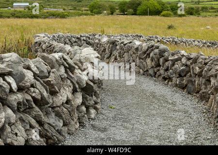 Percorso tra due pareti di pietra Foto Stock