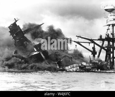 Cacciatorpediniere USS Arizona, bruciando in floating drydock a Pearl Harbor dopo l'attacco giapponese a Pearl Harbor, Hawaii il 7 dicembre, 1941 Foto Stock