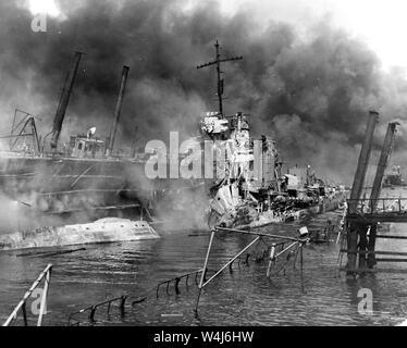Cacciatorpediniere USS Shaw, bruciando in floating drydock a Pearl Harbor dopo l'attacco giapponese a Pearl Harbor, Hawaii il 7 dicembre, 1941 Foto Stock