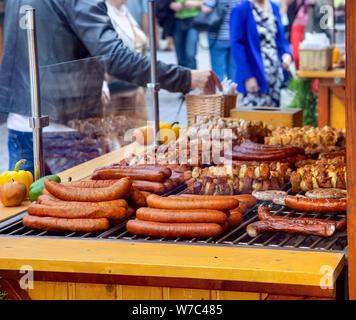 Assortimento di salsicce alla griglia e spiedini Foto Stock