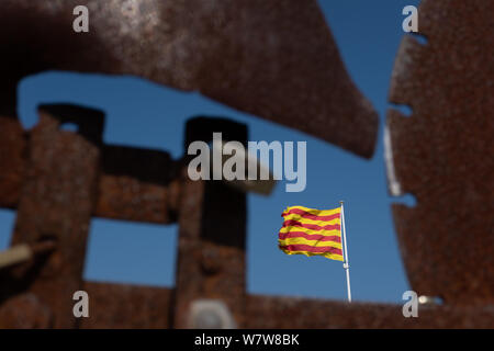 Primo piano di offuscata banderuola con lucchetti e la bandiera catalana focalizzato in background. Concetti di chiusura e frustrazione. Foto Stock