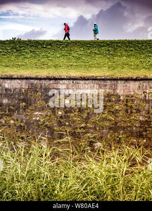 Anziani escursionismo sulla collina Foto Stock