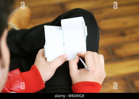 Immagine dell uomo in possesso di un notebook in mano. Isolato su sfondo bianco. Foto Stock