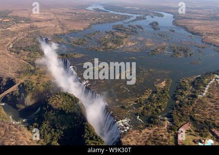 Victoria Falls, Sito Patrimonio Mondiale dell'UNESCO, fiume Zambesi e, al confine con lo Zambia e Zimbabwe, Africa Foto Stock