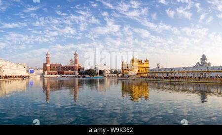 Il Tempio d'Oro (Harmandir Sahib) e Amrit Sarovar (Pool di nettare) (Lago di nettare), Amritsar Punjab, India, Asia Foto Stock