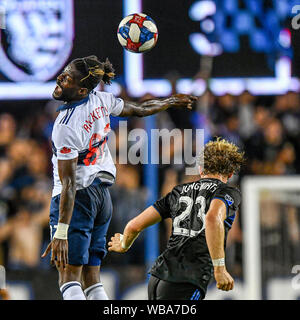 Agosto 24, 2019: Whitecaps avanti Tosaint Ricketts (87) testine a sfera sopra San Jose terremoti centrocampista Florian Jungwirth (23) durante il match di MLS tra il Vancouver Whitecaps e il San Jose terremoti a Avaya Stadium di San Jose, California. Chris Brown/CSM Foto Stock
