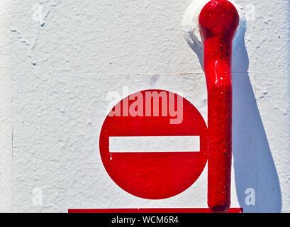 Maniglia rossa e nessun segno di ingresso. Close up su bianco metallizzato porta di una nave traghetto. Foto Stock