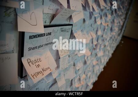 La pace in Hong Kong messaggio a doppia Fantasy - John & Yoko mostra (messaggi di pace parete) presso il Museo di Liverpool, Quayside, UK. Foto Stock