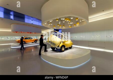 In Germania, in Baviera, Monaco di Baviera, BMW Museum, inaugurato nel 1973 e rinnovato nel 2008, mostra l'evoluzione e le tecnologie della marca auto native da Monaco di Baviera, 1955 BMW Isetta auto bolla Foto Stock