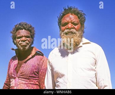 Due uomini aborigeni da una tribù nomade vicino Parco Nazionale Kakadu nei Territori del Nord, Australia Foto Stock