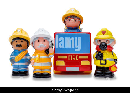 Una linea di 3 toy vigili del fuoco permanente per l'attenzione e un incendio del motore, shot su sfondo bianco Foto Stock
