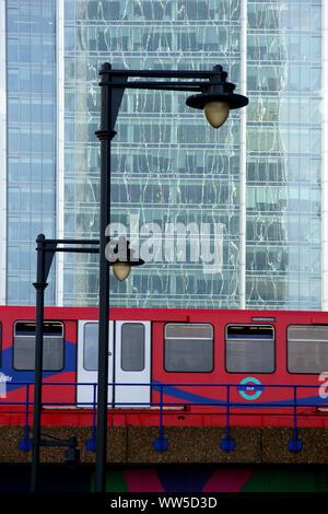 Un treno della metropolitana guida su un ponte lungo un elevato aumento, Foto Stock