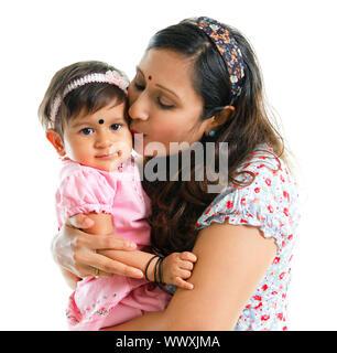 Asian Indian madre baciando la sua bambina, isolati su sfondo bianco Foto Stock