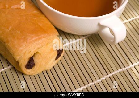 Colazione tè e biscotti dolci al cioccolato Foto Stock