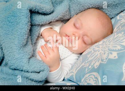 Adorabili poco baby dormendo pacificamente su una coperta Foto Stock