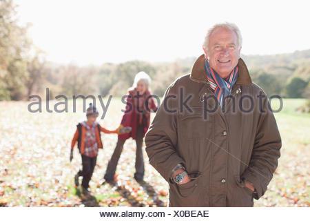 Nonni giocare nel parco con il nipote Foto Stock
