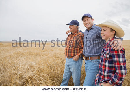 Multi-generazione di uomini in campo di grano Foto Stock