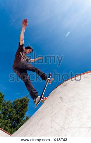 Belgio, Flemalle, giovane uomo skate imbarco in skatepark Foto Stock