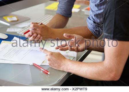 Due uomini con documenti, close up Foto Stock