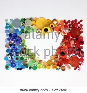 A forma di cuore apertura disposta con pulsanti varicolored Foto Stock